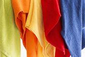 красочные полотенца, висели в ряд — Стоковое фото