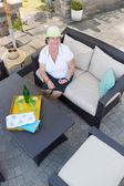 Amistosa senior atractiva en un patio — Foto de Stock