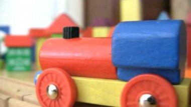 игрушечный поезд в городе кирпич — Стоковое видео