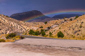 Rainbow over highway 14 leading to Bighorn National Forest — Stockfoto
