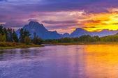 Mooie zonsondergang op verlenen tetons boven u uit — Stockfoto