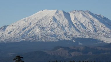 High Def zoom on Mount St. Helens on a clear day — Stock Video