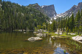 Lac de rêve avec hallett flattop et pic de montagne — Photo