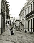 Straat met potten en banken — Stockfoto