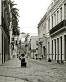 Straße mit töpfen und bänke — Stockfoto