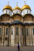 Un turista guardando cattedrale uspensky — Foto Stock