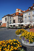 Old houses with flowers in old town of Warsaw on a sunny day — Stock Photo
