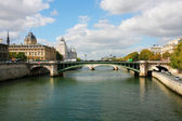 Palais de Justice and a bridge over the Seine river. Paris, Fran — Stock Photo