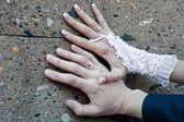 świeżo żonata para rąk — Zdjęcie stockowe