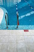 Yüzme havuzu merdiven — Stok fotoğraf