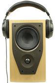 Auriculares para audio y conferencista sobre un fondo blanco — Foto de Stock