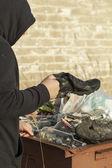 无家可归者废物容器中找到鞋类 — 图库照片