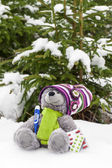 Teddy bear with a thermometer and pill in snow — Stockfoto
