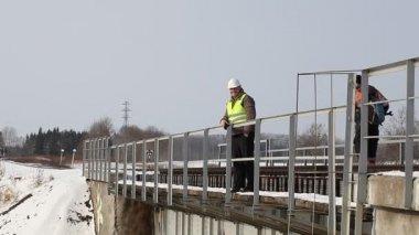 Demiryolu işçileri demiryolu güvenliği inceleme al — Stok video