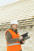 Ingenieur in der Nähe von Neubau im Winter schreiben — Stockfoto