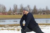 Atleta ejecuta una variedad de ejercicios en el estadio — Foto de Stock