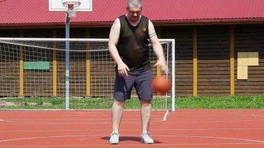Basketball-spieler mit ball-episode eins — Stockvideo