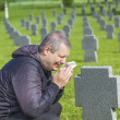 Man crying on the soldier's grave — Stock Photo