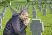 Man crying on the soldier's grave — Foto Stock