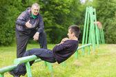 Padre e hijo participan en ejercicios atléticos — Foto de Stock
