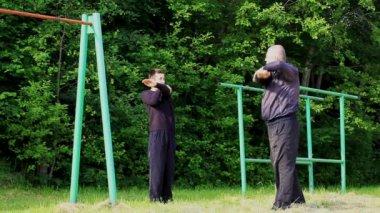 Padre e hijo en episodio de ejercicios atléticos 3 — Vídeo de stock