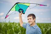Jongen met kite op een maïsveld — Stockfoto