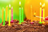 Komt overeen met in de buurt van de kaarsen op de cake van de kindverjaardag — Stockfoto