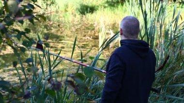 独自在夏天第 1 集湖附近钓鱼的人 — 图库视频影像