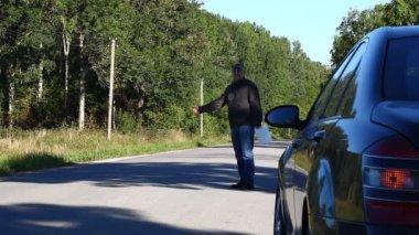 Homem perto de carro na estrada com um episódio de reservatório de combustível 4 — Vídeo Stock
