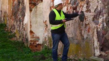 Budova inspektory na starých ruin epizoda 4 — Stock video