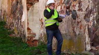 Budova inspektory na starých ruin epizoda 5 — Stock video