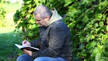 Człowiek pisze w notatnik odcinek 3 — Wideo stockowe