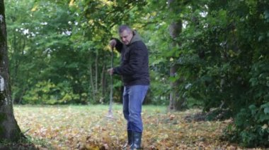 Man collects leaves in the fall episode 3 — Stock Video