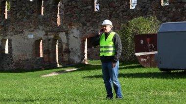 Budova inspektory na starých ruin epizoda 6 — Stock video