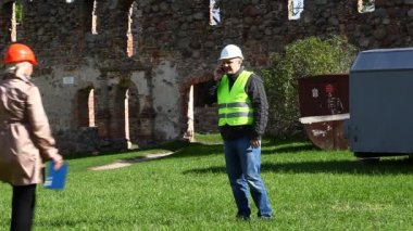 Building inspectors at old ruins episode 7 — Stok video