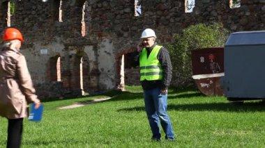 Edificio inspectores en viejas ruinas episodio 7 — Vídeo de stock