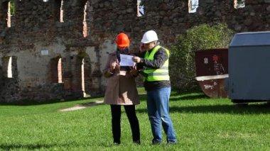 Budova inspektory na starých ruin epizoda 8 — Stock video