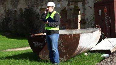 Bouwen van inspecteurs op oude ruïnes aflevering 9 — Stockvideo