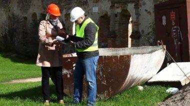 建物の古い遺跡のエピソード 11 で検査官 — ストックビデオ