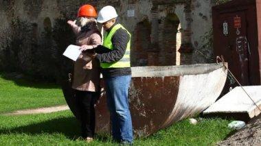 Bouwen van inspecteurs op oude ruïnes episode 12 — Stockvideo