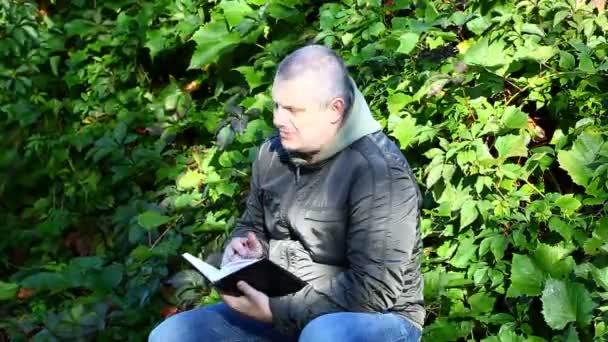 Homme écrit dans l'épisode 1 de la portable — Vidéo