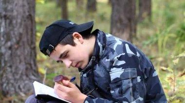 Senderismo en el bosque episodio 11 chico — Vídeo de stock