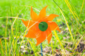 Toy windmill in the grass — Stockfoto