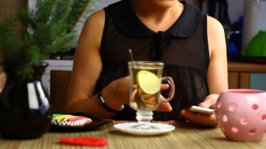 Woman poured tea into the cup with lemon episode 3 — Vídeo Stock