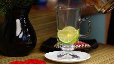 Vrouw thee gegoten in de beker met citroen aflevering 5 — Stockvideo