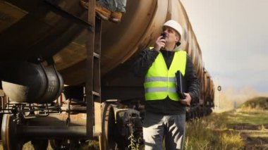 Railroad employee near the tank wagons episode 3 — Vídeo de stock