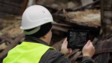 Inspector with tablet near collapsed building episode 1 — Stock Video