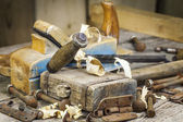 Stary cieśla młotek inne narzędzia ciesielskie na stole — Zdjęcie stockowe