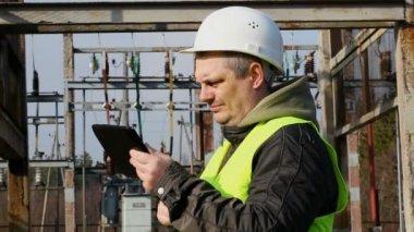 Ingenjör med Tabletpc — Stockvideo
