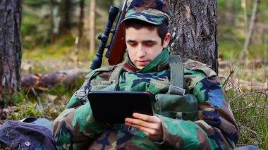 使用 tabllet pc 的士兵 — 图库视频影像